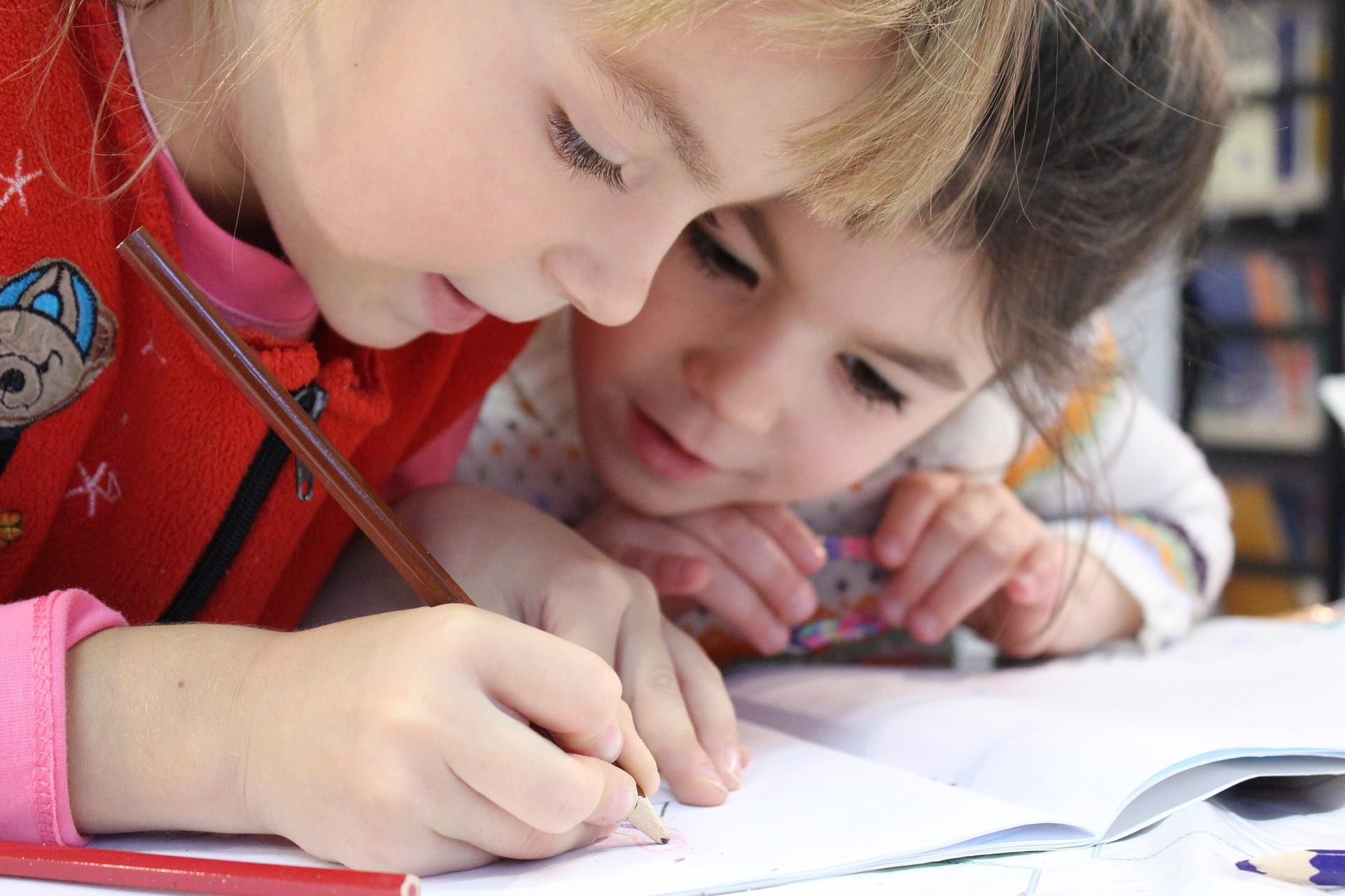 Cho bé học bảng chữ cái tiếng Anh bằng các cuốn sách cũng là một phương pháp học vô cùng hiệu quả