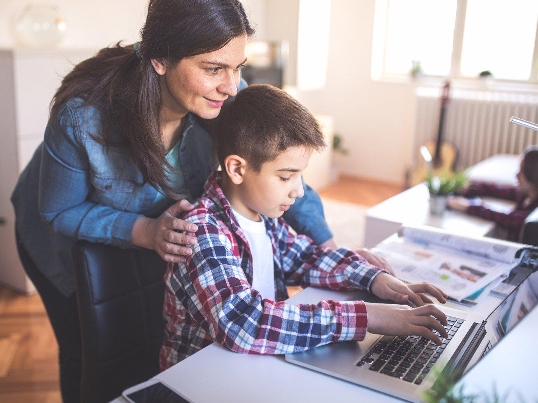 Cha mẹ có thể kết hợp nhiều phương pháp khi cho trẻ tiếp cận với bảng chữ cái tiếng Anh