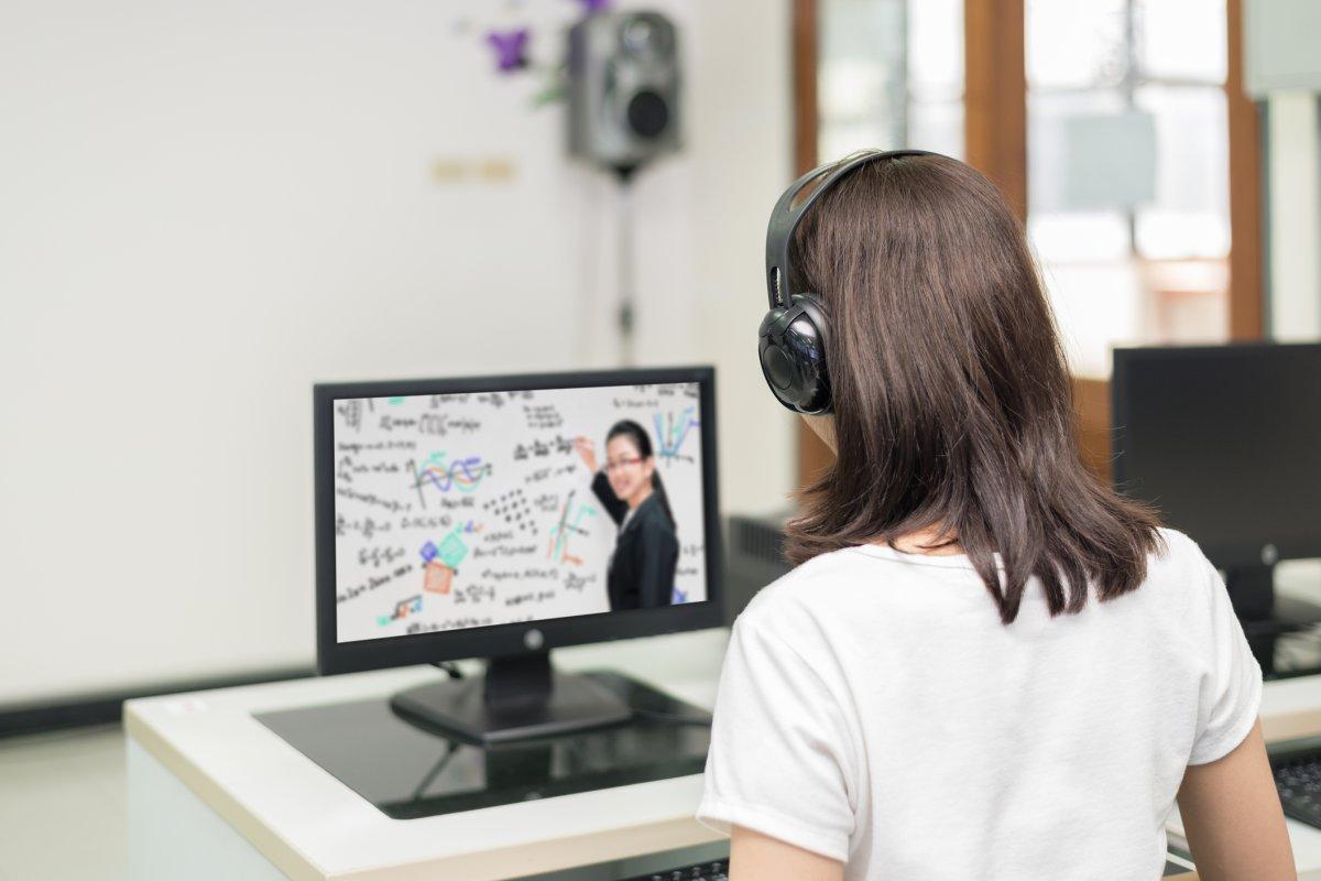 Học tiếng Anh qua các khóa học online không còn là điều lạ lẫm