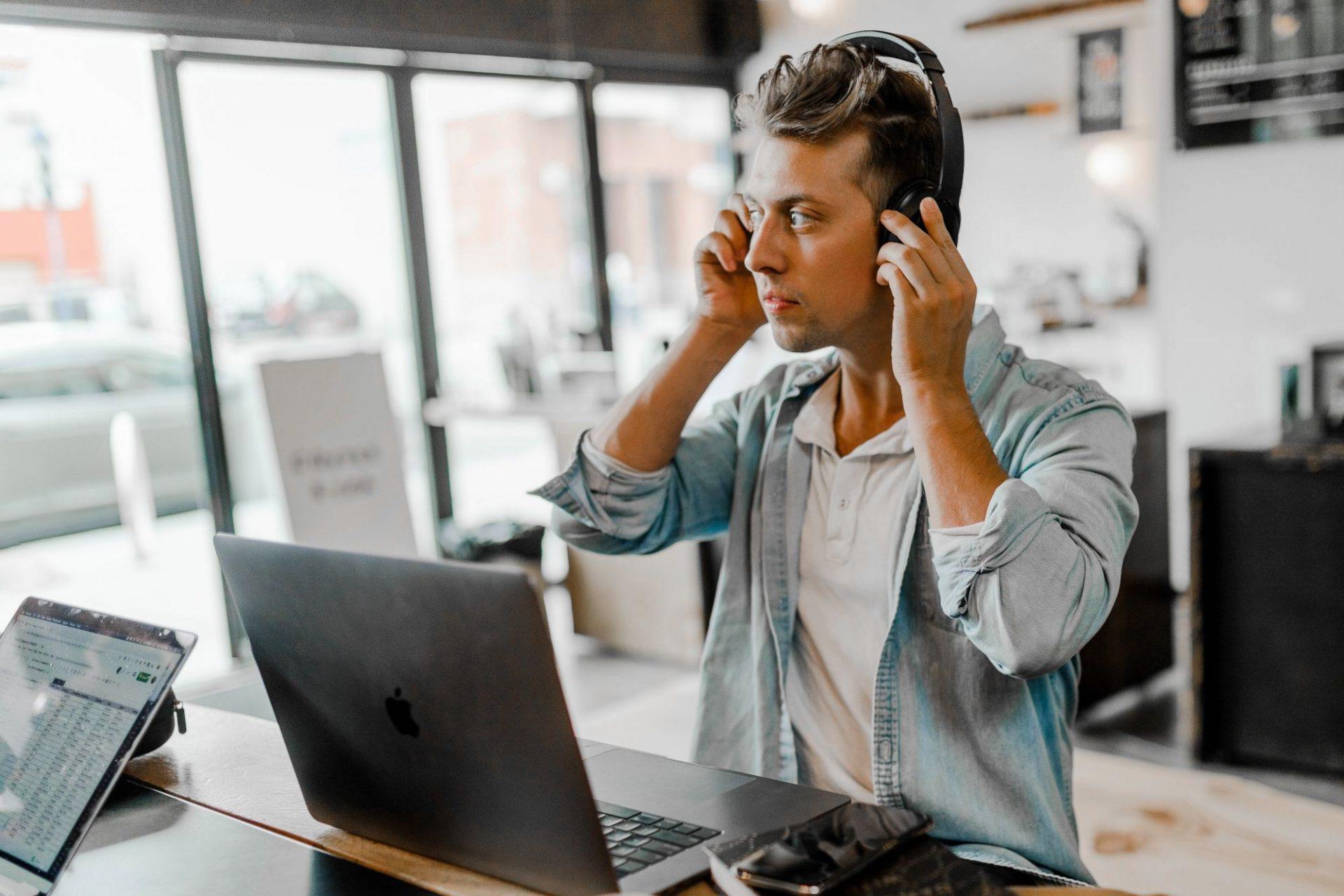 Các chương trình tiếng Anh trực tuyến là lựa chọn cho mọi đối tượng, đặc biệt với người đi làm hay những cá nhân không có nhiều thời gian học tập