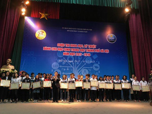 Đại diện Ban tổ chức trao giấy khen và phần thưởng cho các thí sinh đoạt giải ba