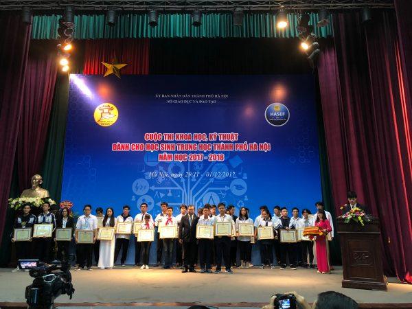 Các thí sinh đoạt giải nhì nhận bằng khen từ Ban tổ chức