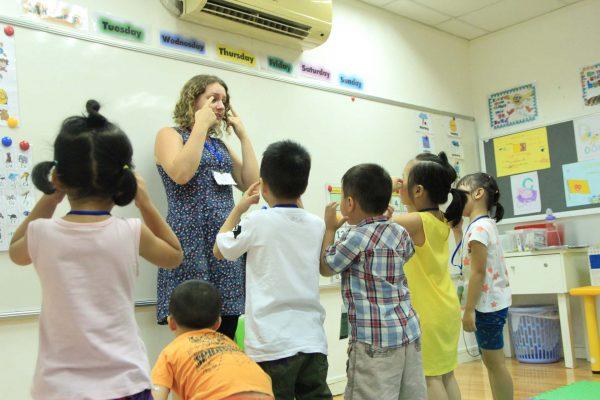 Giáo viên Language Link Academic dạy trẻ học bảng chữ cái tiếng Anh thật sinh động