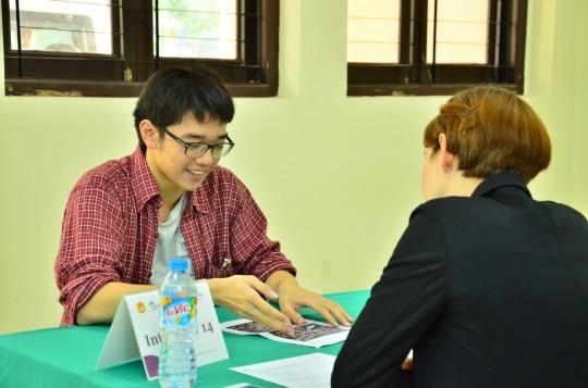 Phần thi nói ở vòng chung khảo Olympic Tiếng Anh THPT được thực hiện với giáo viên bản ngữ của Language Link