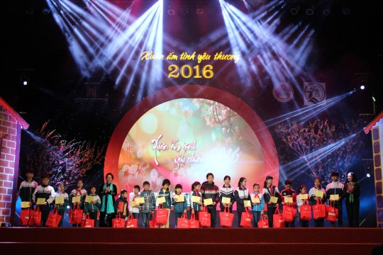 Phó chủ tịch nước Nguyễn Thị Doan tặng quà cho các em có hoàn cảnh khó khăn