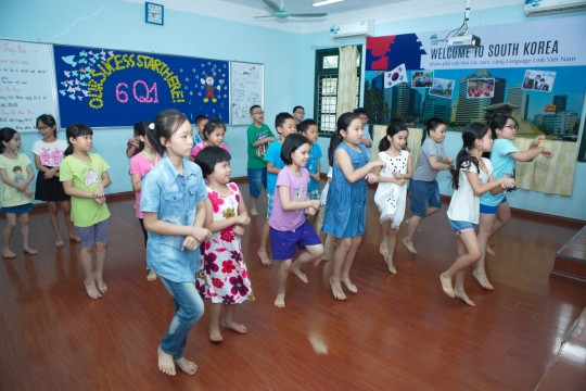 Các em nhỏ hào hứng với điệu nhảy Hàn Quốc