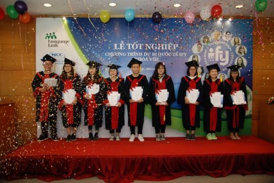 Các bạn sinh viên IFY khóa 8, niên học 2014-2016 nhận Chứng chỉ tốt nghiệp