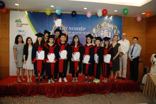 Giảng viên và sinh viên IFY khóa 8 chụp ảnh lưu niệm cùng Đại diện Language Link Việt Nam