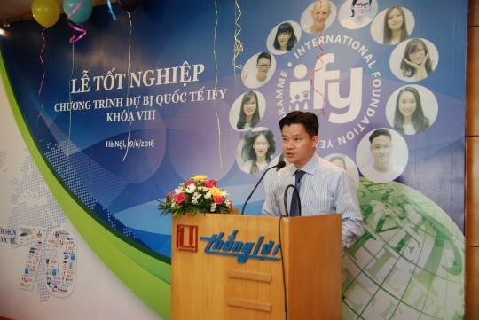 Ông Vũ Tuấn Lâm, Phó Tổng giám đốc Language Link Việt Nam chúc mừng các bạn sinh viên IFY khóa 8