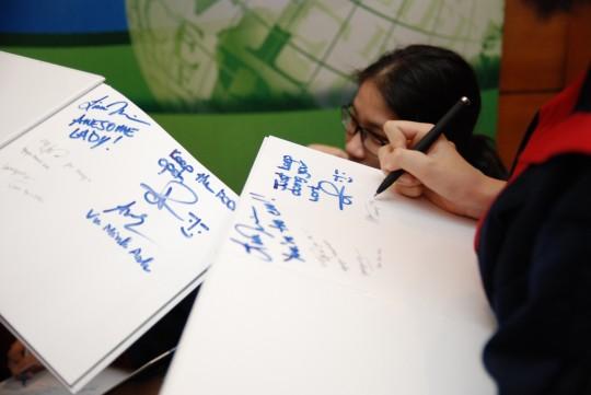 Các bạn sinh viên viết lưu bút cho nhau