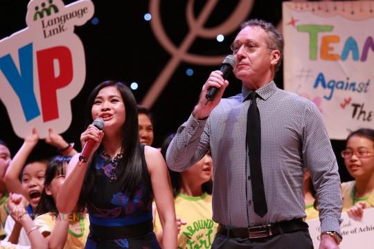 Ông Gavan Iacono – Tổng Giám đốc Language Link Việt Nam và Nghệ sỹ Đặng Châu Anh công bố giải Quán quân Dàn đồng ca nhí.